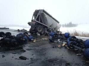 A three tractor-trailer crash on the eastbound Highway 401 near Woodstock, Ont. on Wednesday, Feb. 10, 2016. (Chuck Dickson/CTV London)