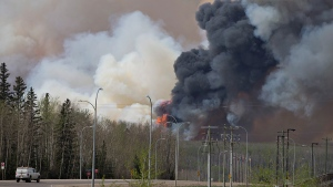 A wildfire rages through Fort McMurray, Alta, on Wednesday May 4, 2016. (Jason Franson / THE CANADIAN PRESS)