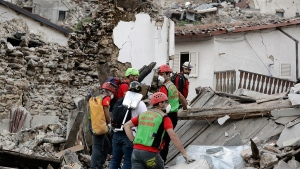 Rescuers search through debris following an earthquake in Pescara Del Tronto, Italy, Wednesday, Aug. 24, 2016. (AP / Andrew Medichini)